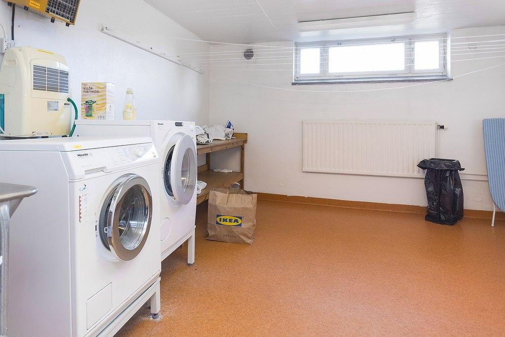 Gemensam tvättstuga i källare.