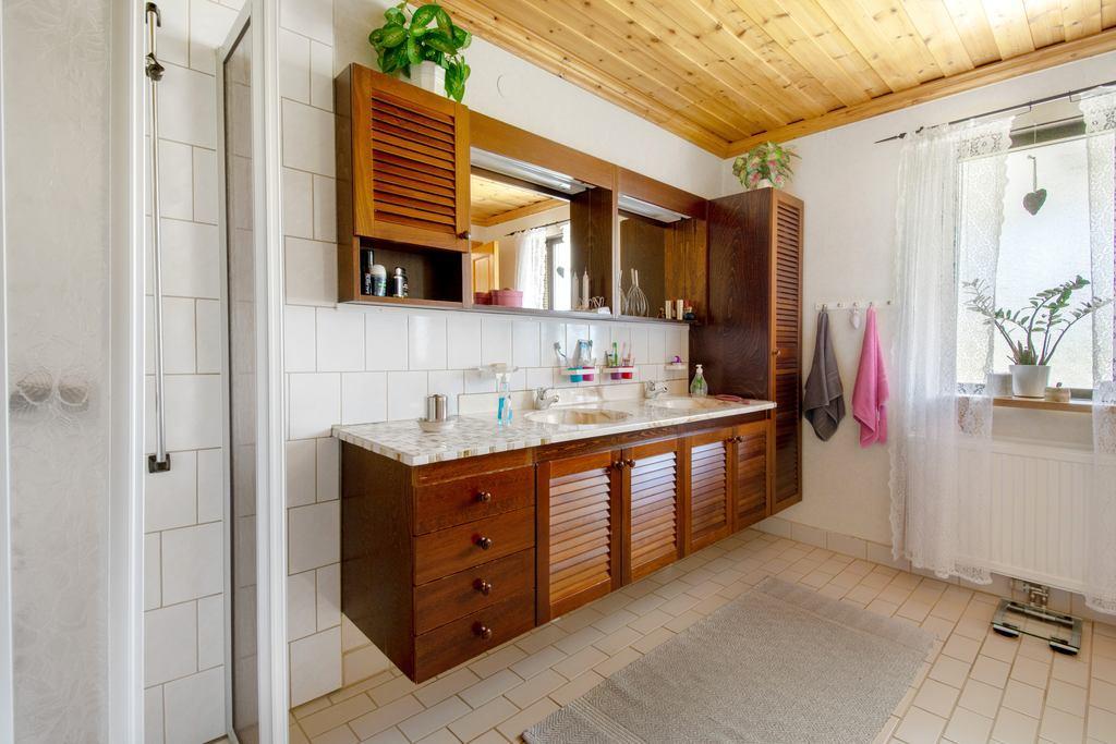 Stort badrum i övreplan