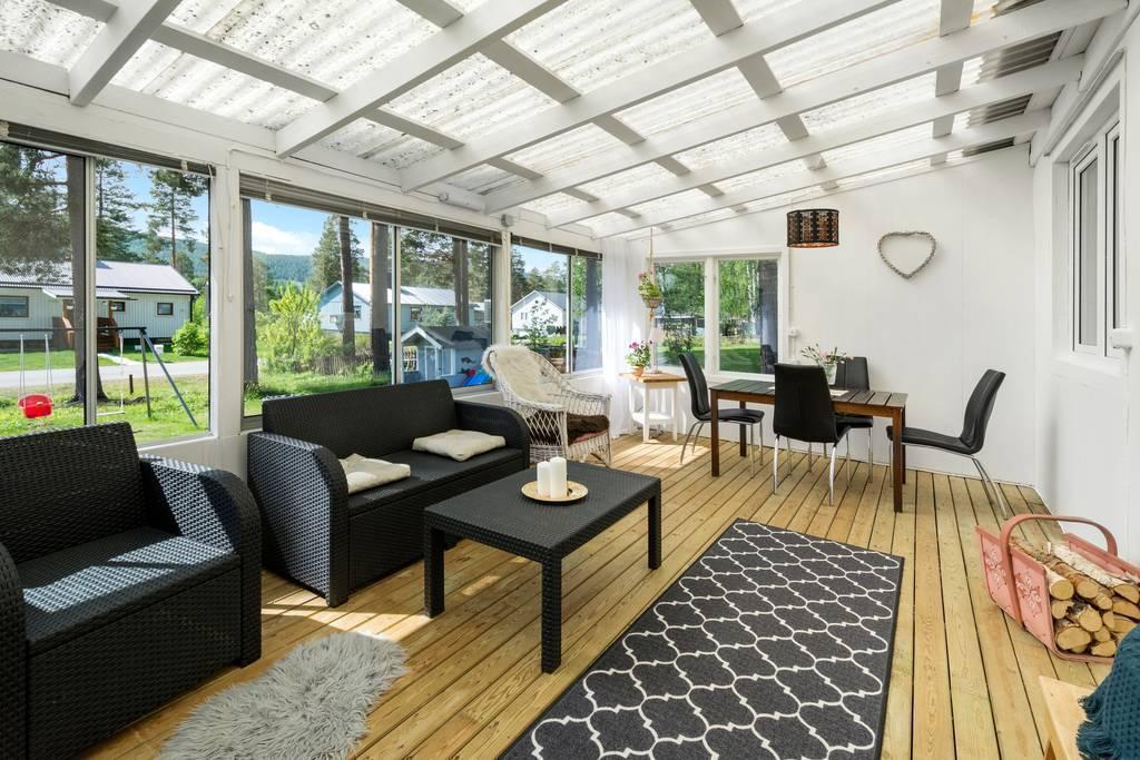 Stor inglasad veranda från köket.