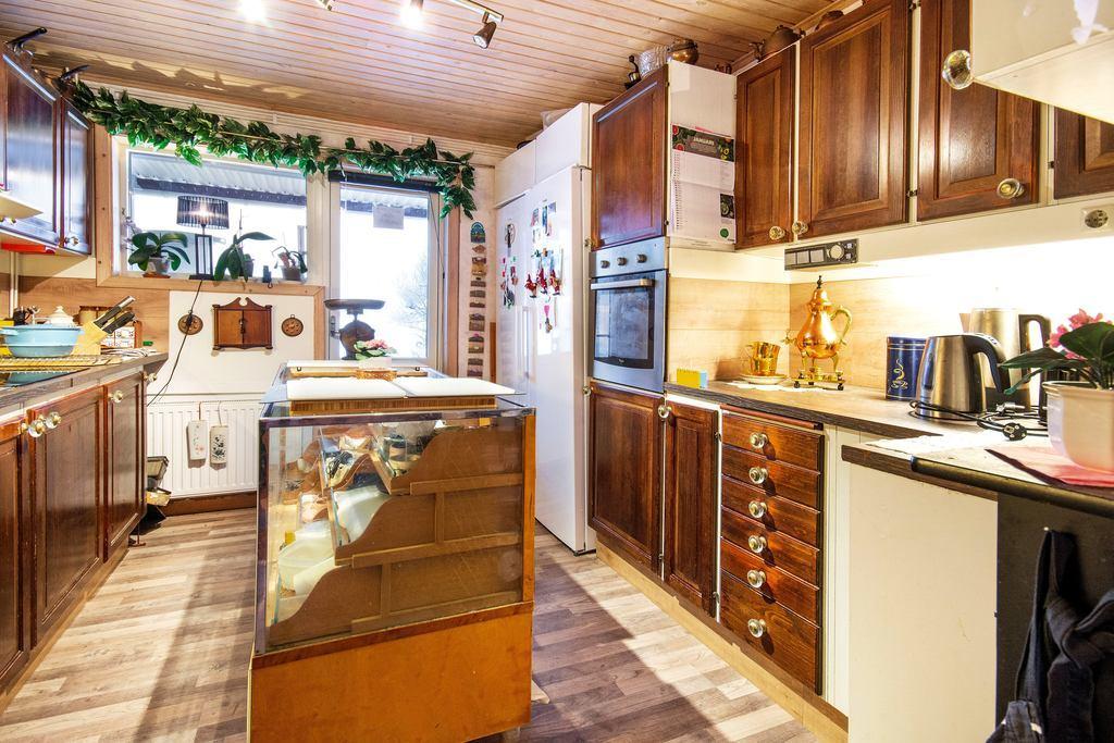 Rejält kök med gott om förvaringsmöjligheter och bänkyta.