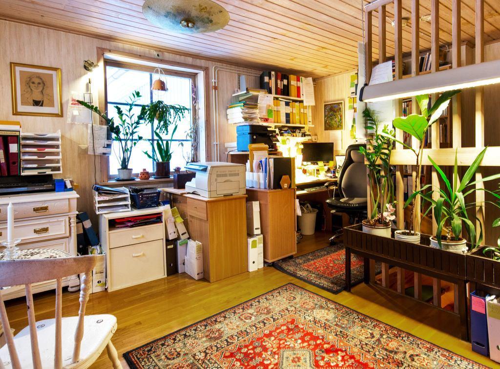 Stor yta intill trapp, perfekt som kontor.