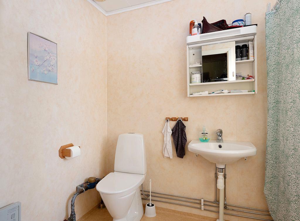 Toalett med dusch och tvättmaskin