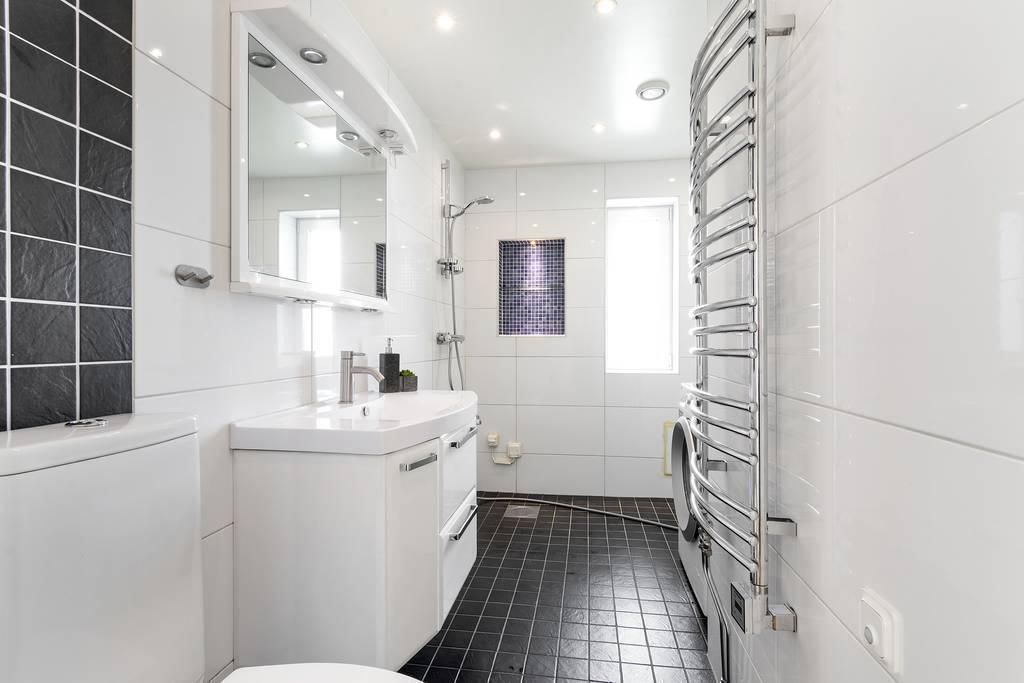 Stort och fint badrum med kakel och klinker.