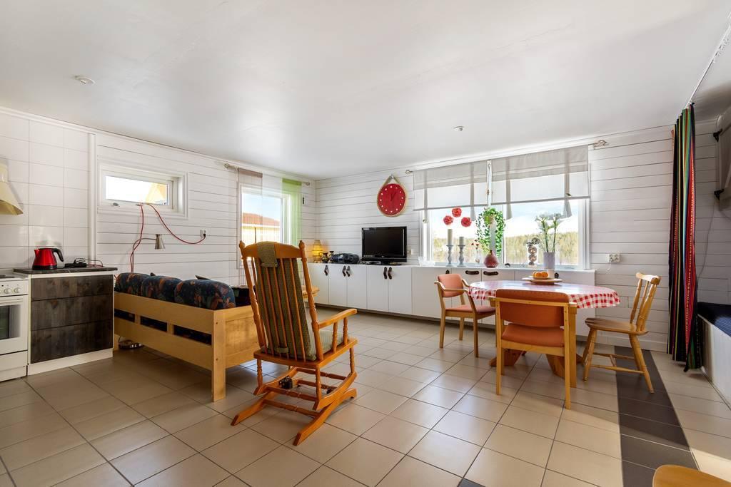 Vardagsrum i öppen planlösning mot kök.