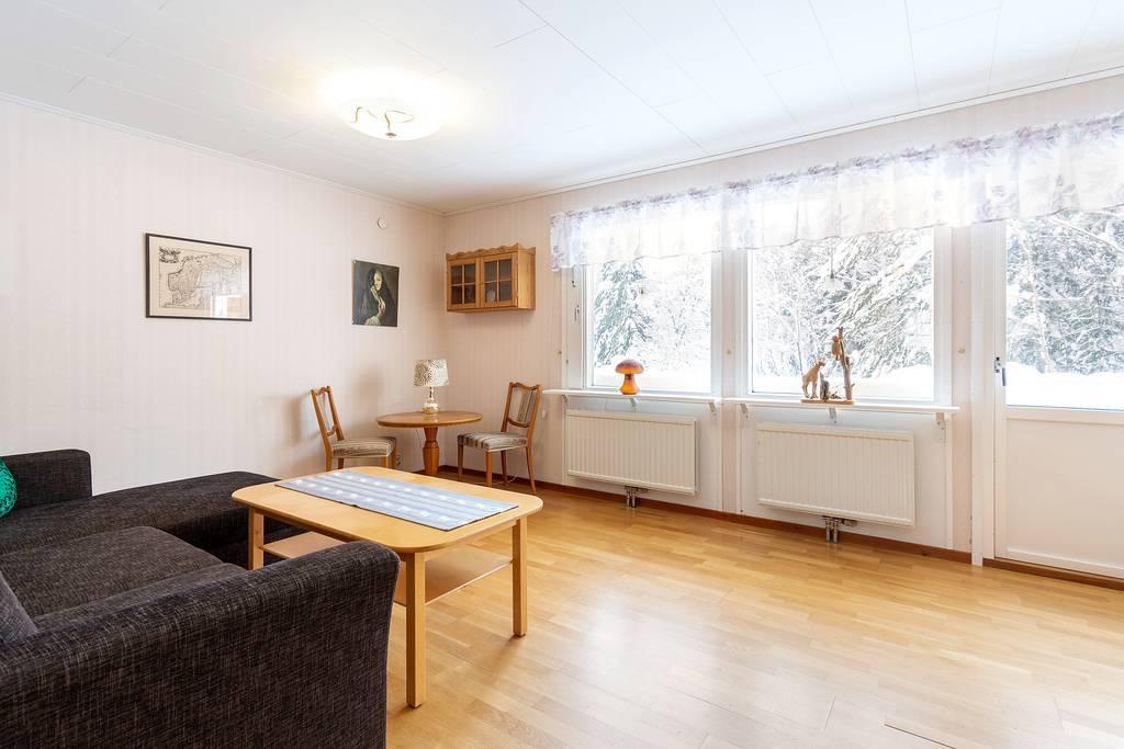 Vardagsrum med utgång till fin och stor altan sommartid.