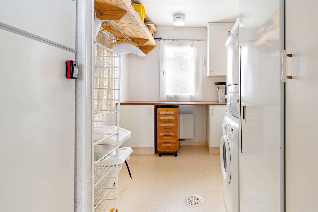 Tvättstuga intill kök.