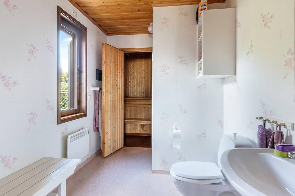 Badrum 2 med dusch och bastu vid tvättstugan