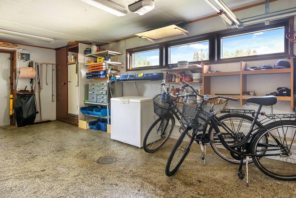 Garage med carport och dörr till baksidan