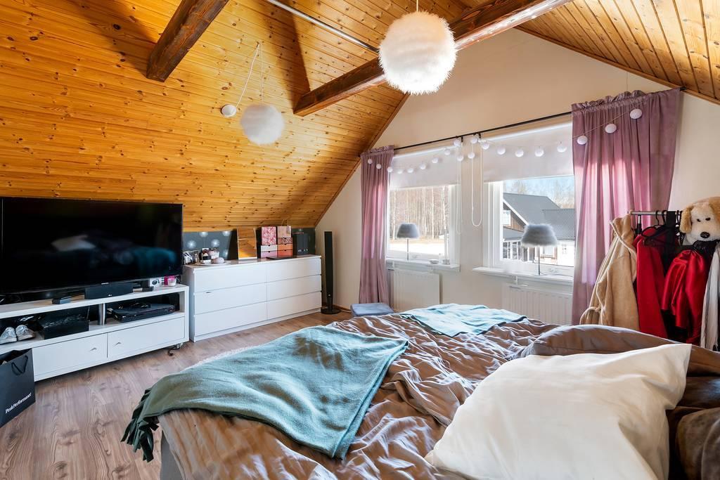 Stort sovrum på övervåningen.