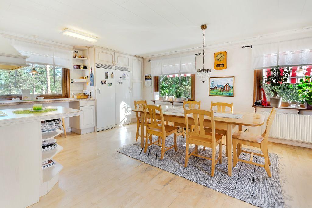 Kök med plats för större matbord.