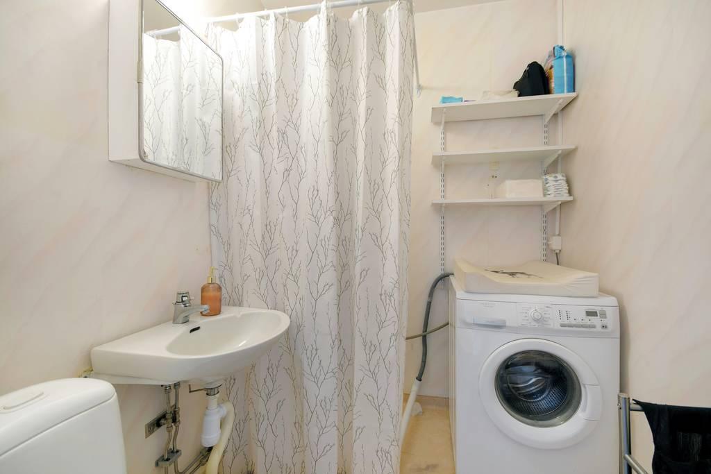 Badrum med dusch, en tvättmaskin finns installerad och ingår i köpet.