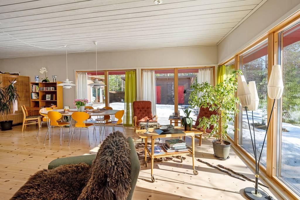 Fönsterpartierna mot innergården och havet.