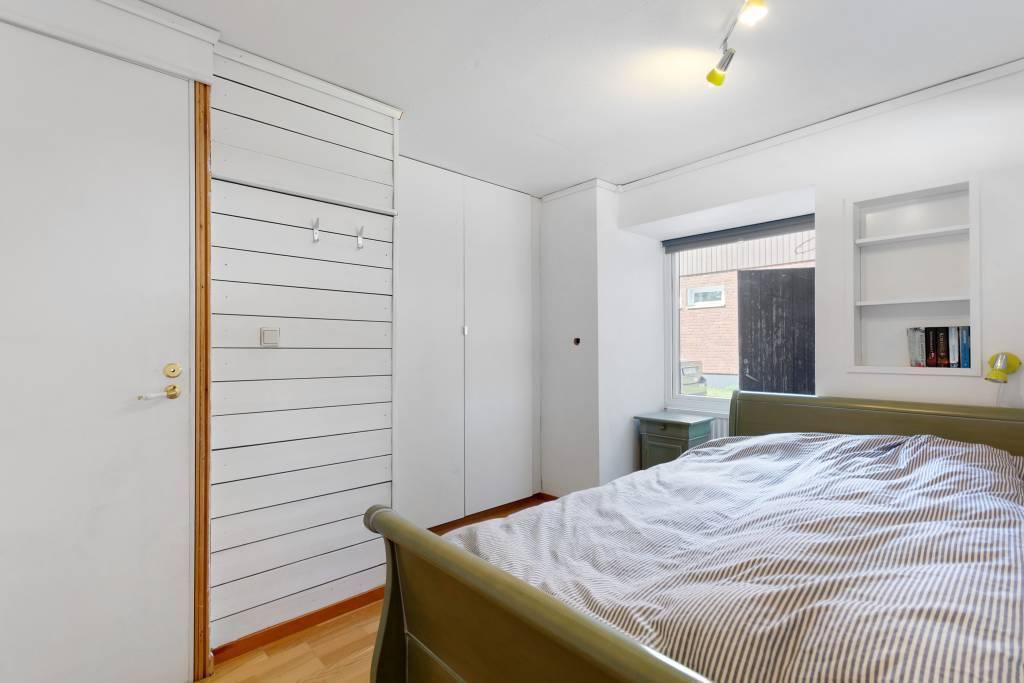 Sovrum 2, utrustat med platsbyggd garderob