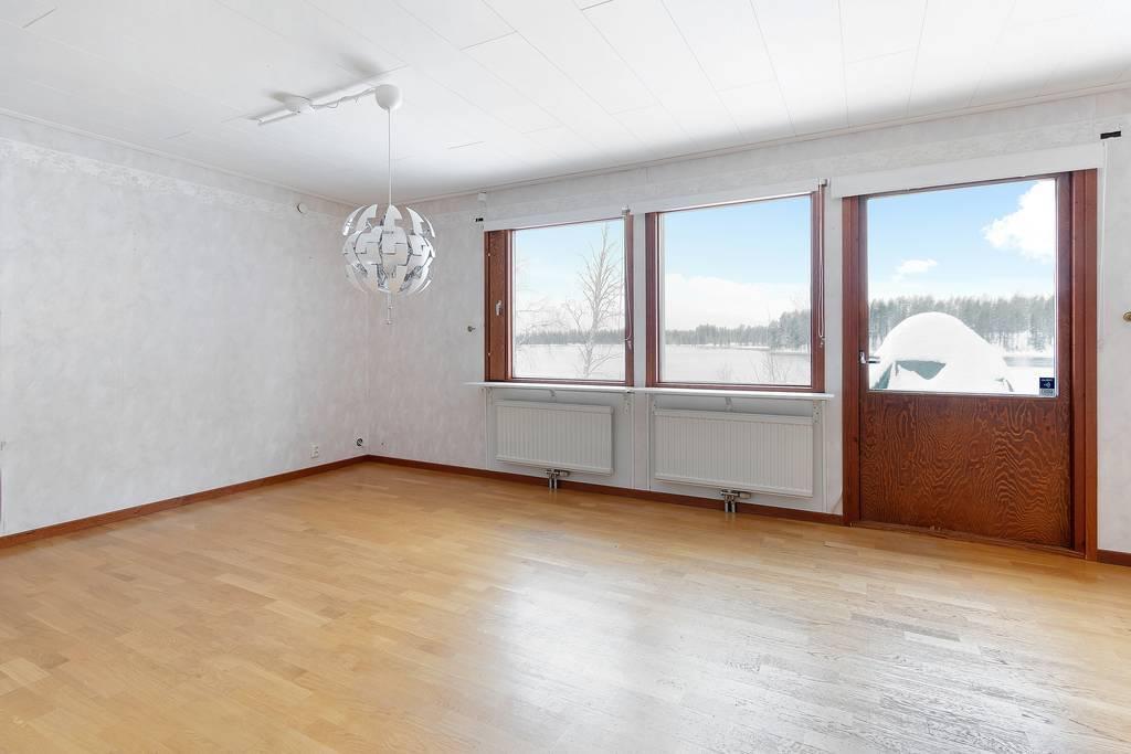 Ljust vardagsrum med magnifik utsikt.