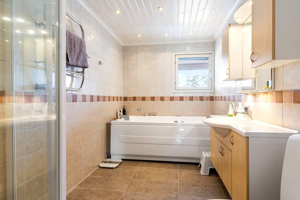Badrum på övervåning med kakel, klinker och golvvärme.