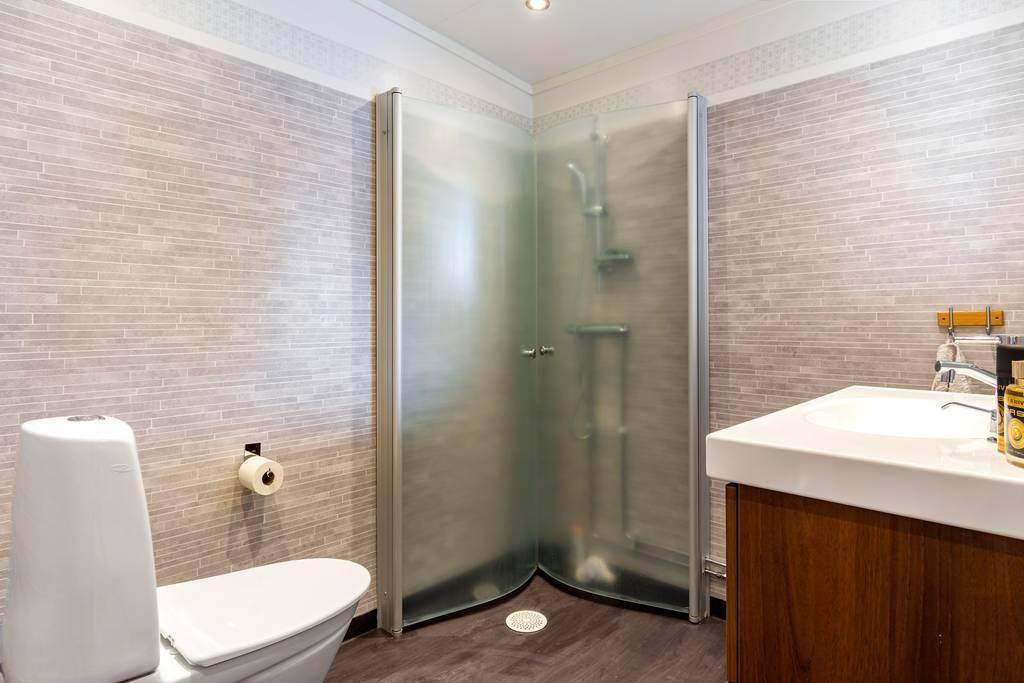 Nyrenoverat badrum i entrèplan.