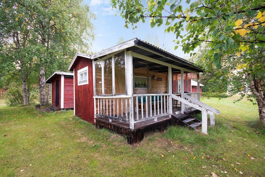 Gästhus 2. Tjusig delvis inglasad veranda som med lite kärlek blir som ny.