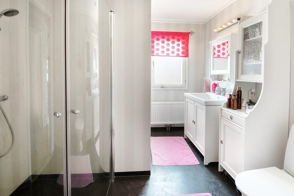 Badrum med duschvägg.