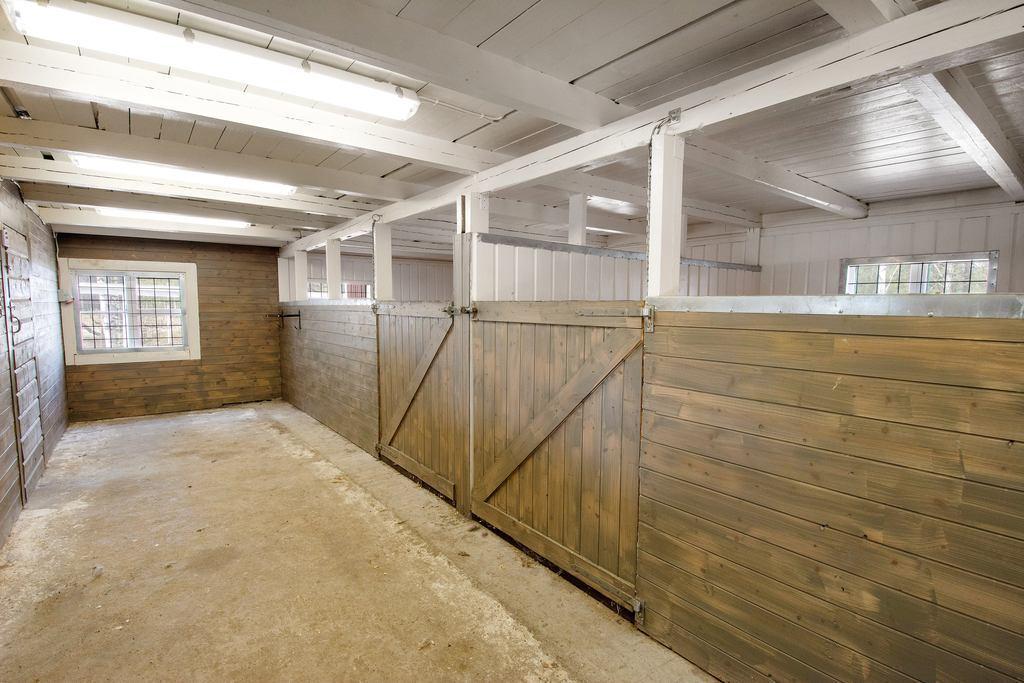 Stall med 2-boxar (15,5m² och 13,5m²), sadelkammare, hundrum med hundgård utanför,
