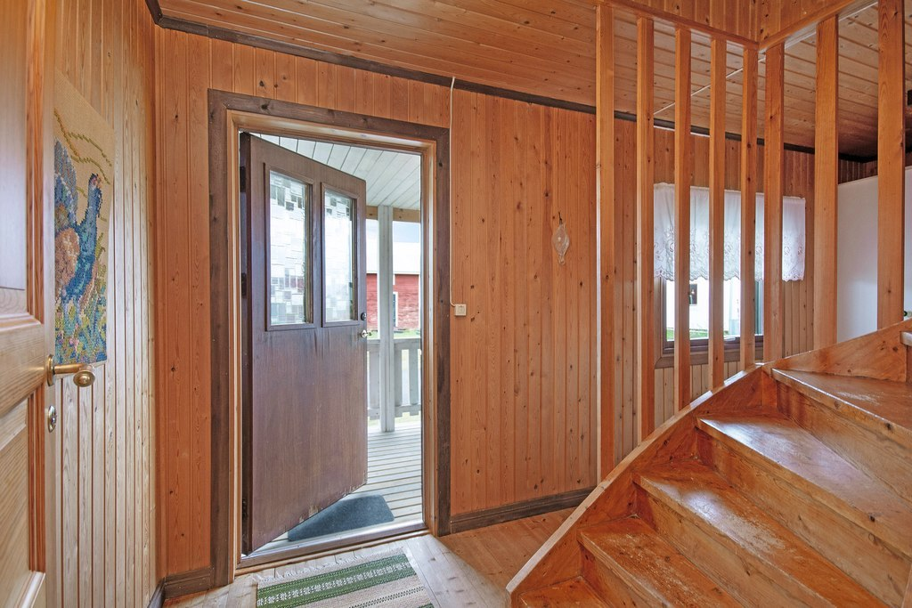 Huvudbyggnad, nedre plan. Hall med goda förvaringsmöjligheter samt trapp till övre plan.