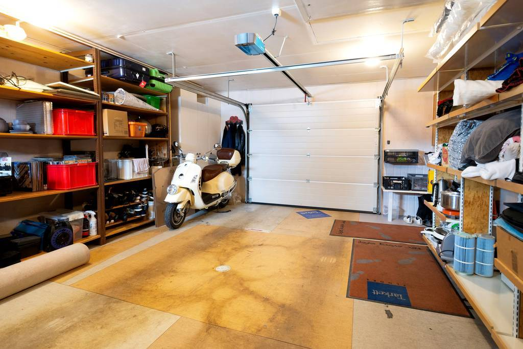 Garage med fjärrstyrd port.