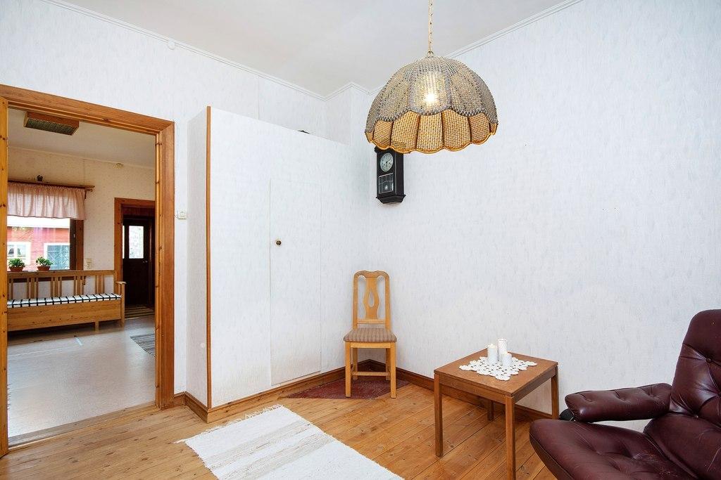 Huvudbyggnad, nedre plan. Rum mellan kök och badrum sett i annan vinkel.