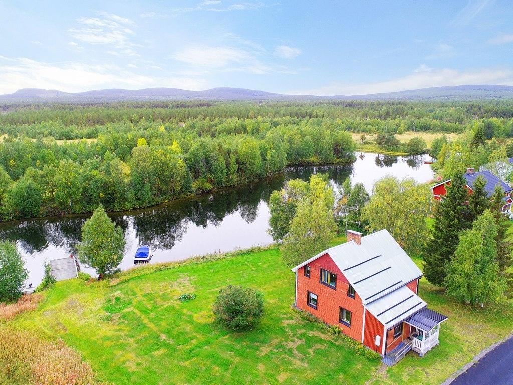 Vybild. Magisk syn över huvudbyggnaden på sin spektakulära plats precis vid sjön! Här finns möjlighet till båtförtöjning vid sin alldeles egna brygga.
