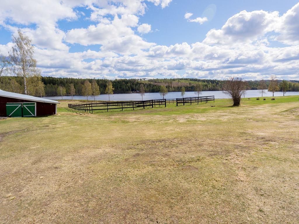 Del av ladugården och vinterhagarna mot sjön.