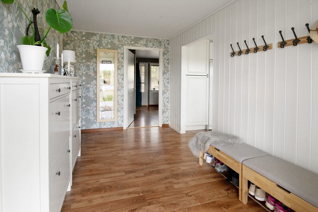 Från entré med köket till höger och sovrum 1 rakt fram.