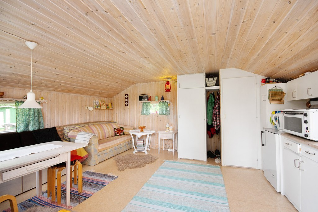 Gästhus 1. Mysig stuga med plats för 4-6 personer.