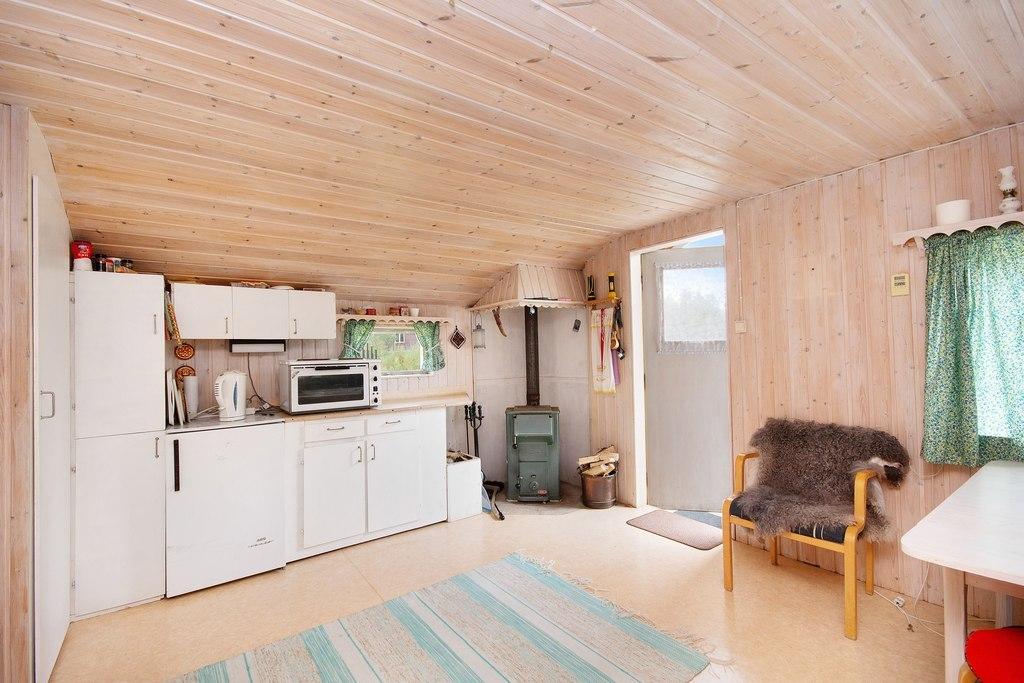 Gästhus 1. Vacker och värmande gjutjärnskamin är ett bra komplement till den direktverkande elen.