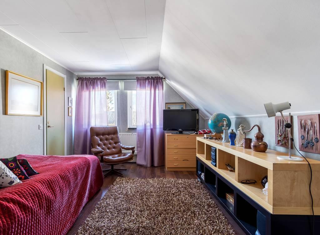 Större sovrum på övervåning.