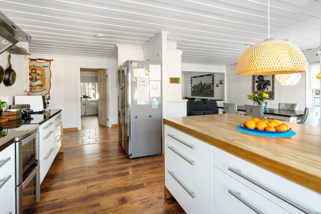 Köket är öppet mot matplats och vardagsrum.