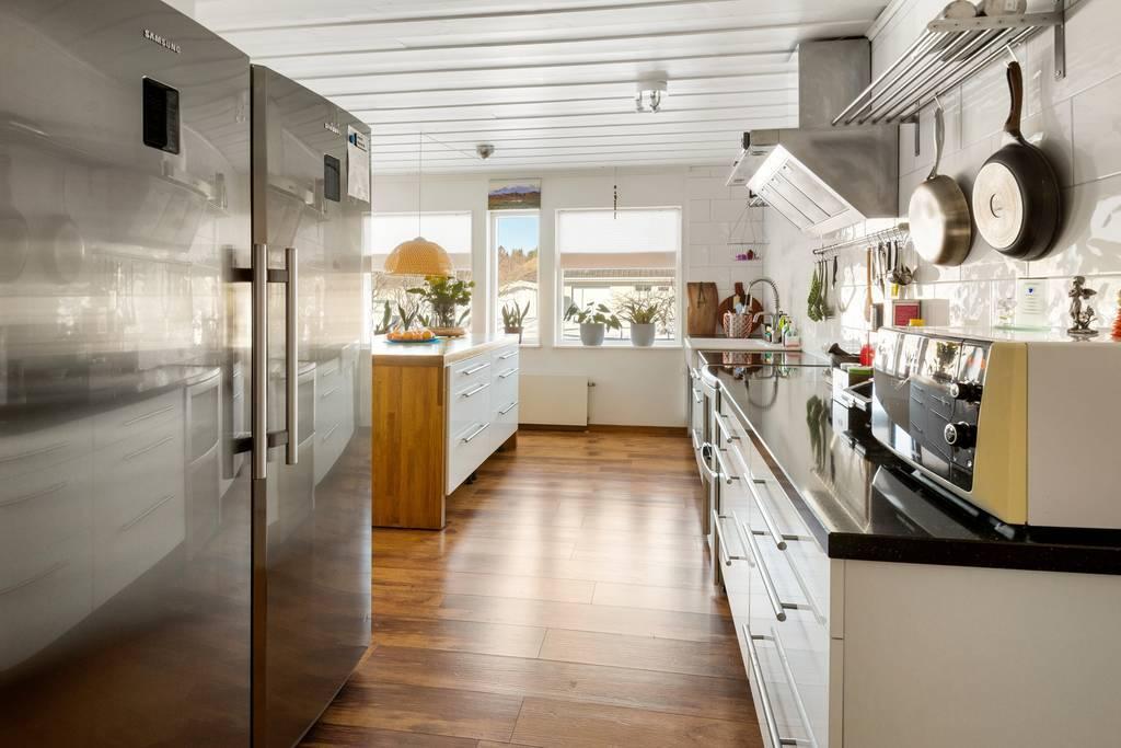 Köket med fönsterpartier mot framsidan.
