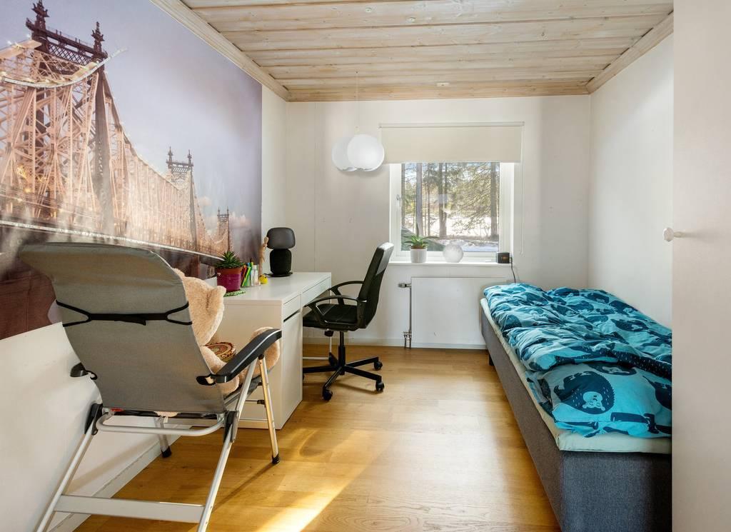Sovrum 3, med två garderober och fönster mot baksidan.