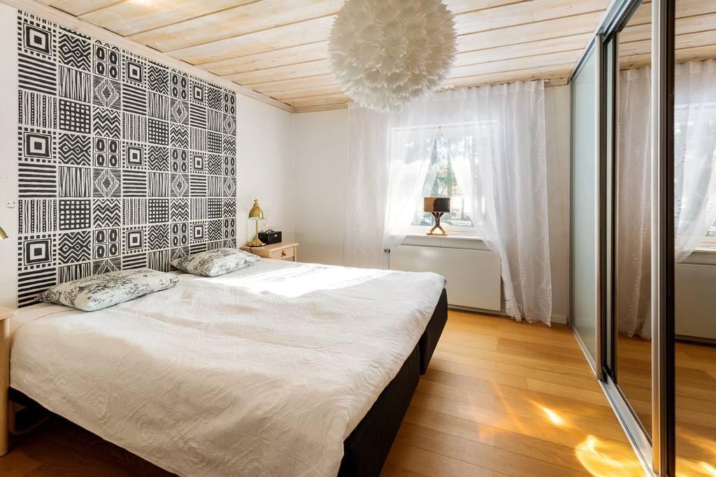 Sovrum 1, med skjutdörrsgarderober och fönster mot baksidan.