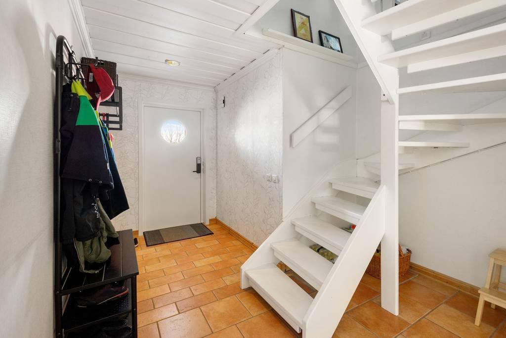 Entré med trappan upp till övervåningen.