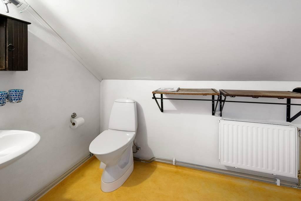 Toalett på övervåning.