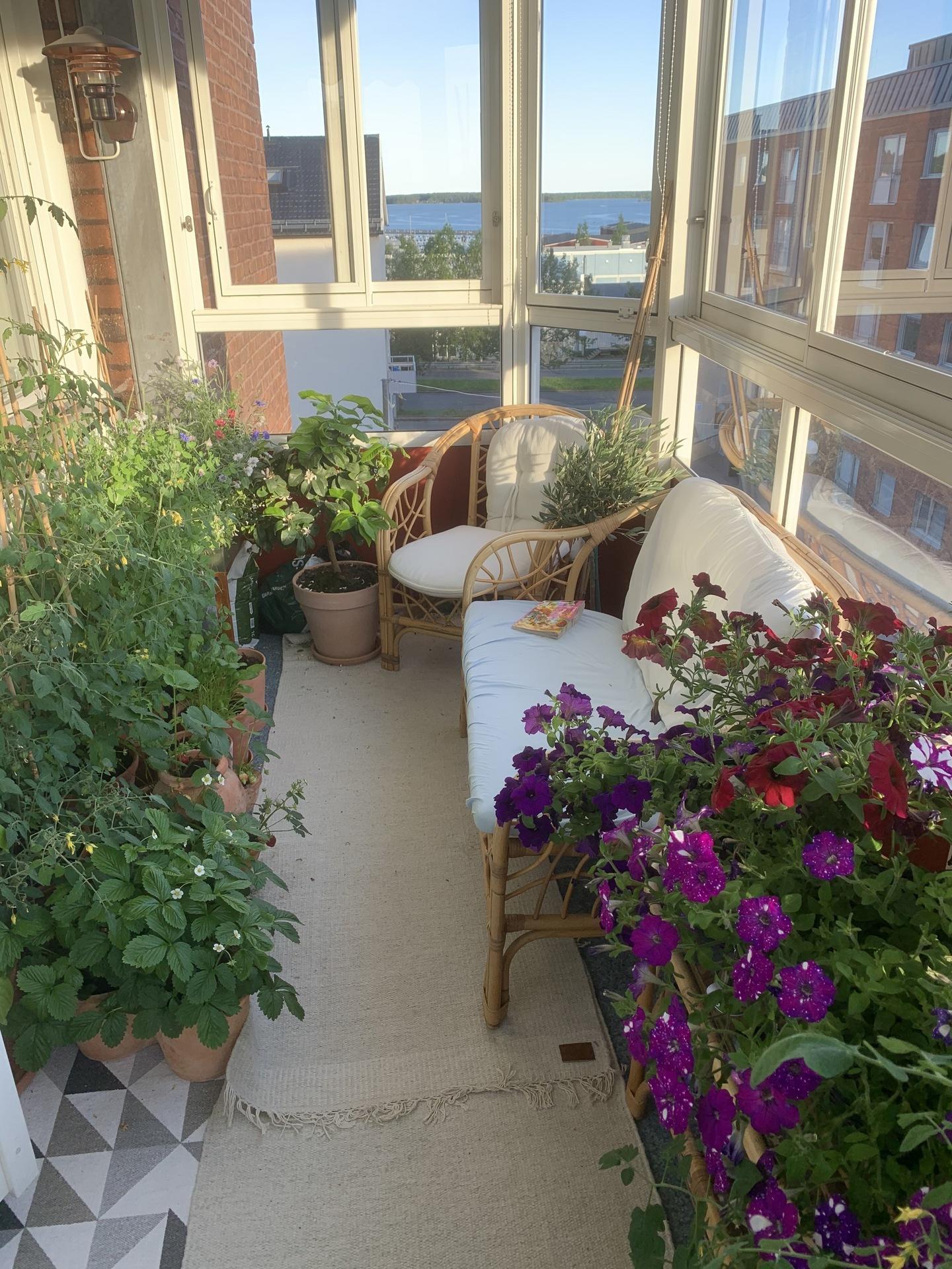 Säljarens egna bild från balkongen!